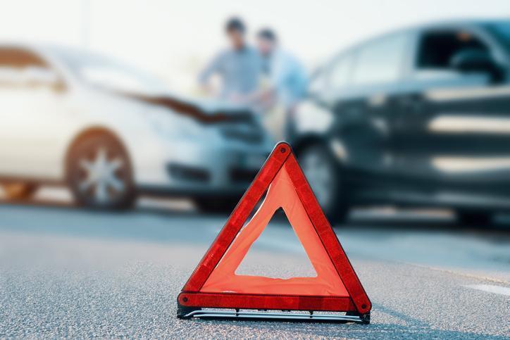 trójkąt ostrzegawczy wtle stłuczka samochodowa
